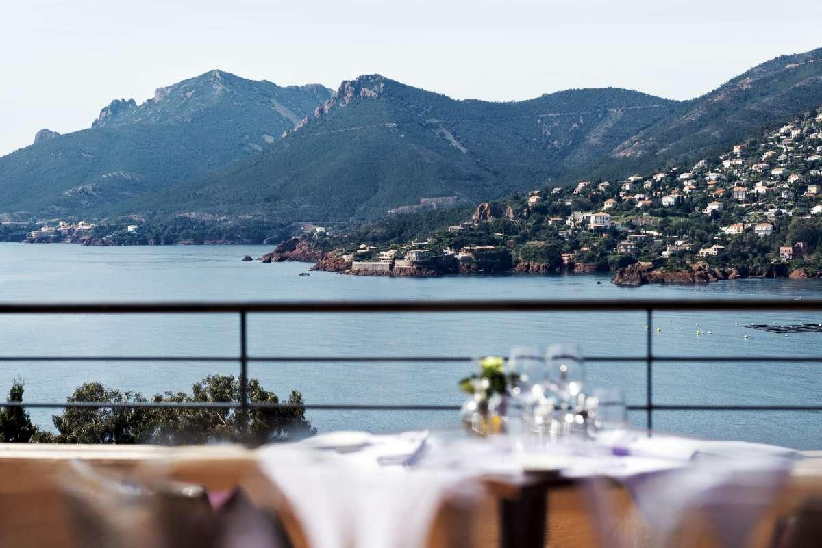 Tiara Yaktsa: restaurant overlooking the sea