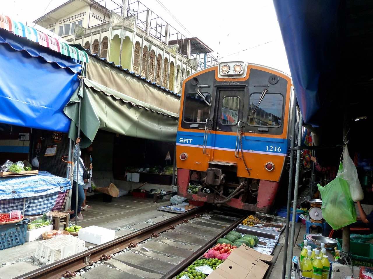 Bangkok - Mae Klong railway market