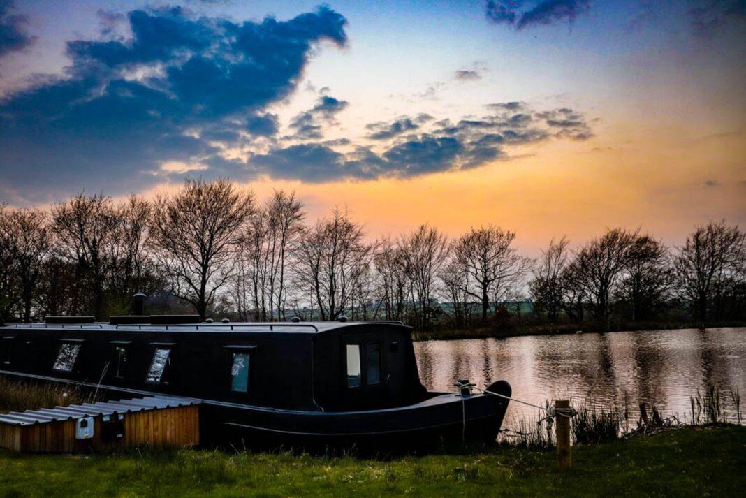 Blackbird houseboat