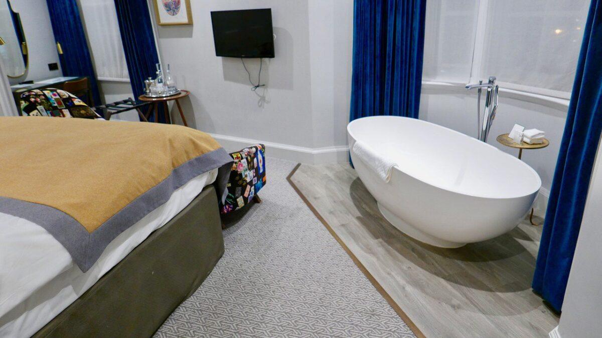 Bristol Harbour Hotel corner suite bath