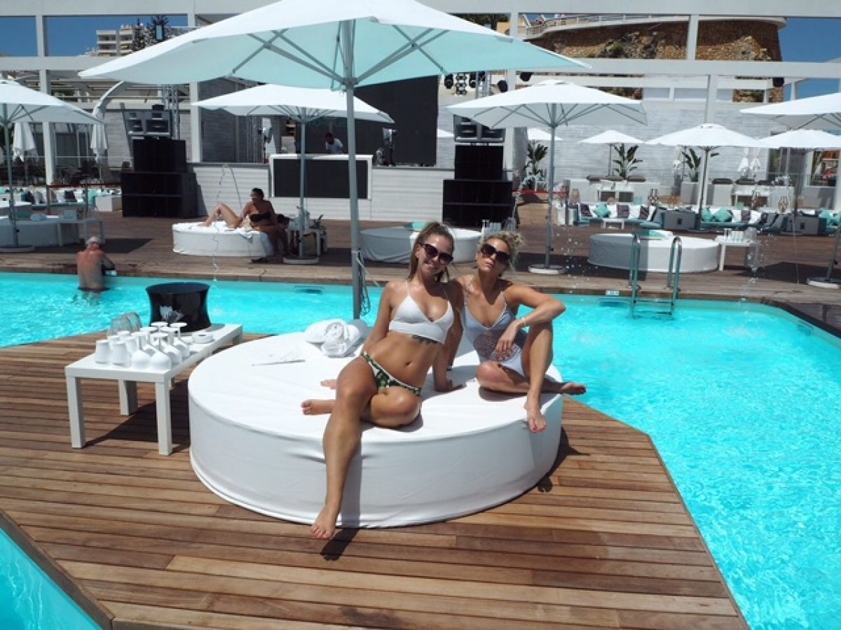 Girls on a bed in Blanco Beach Club Algarve