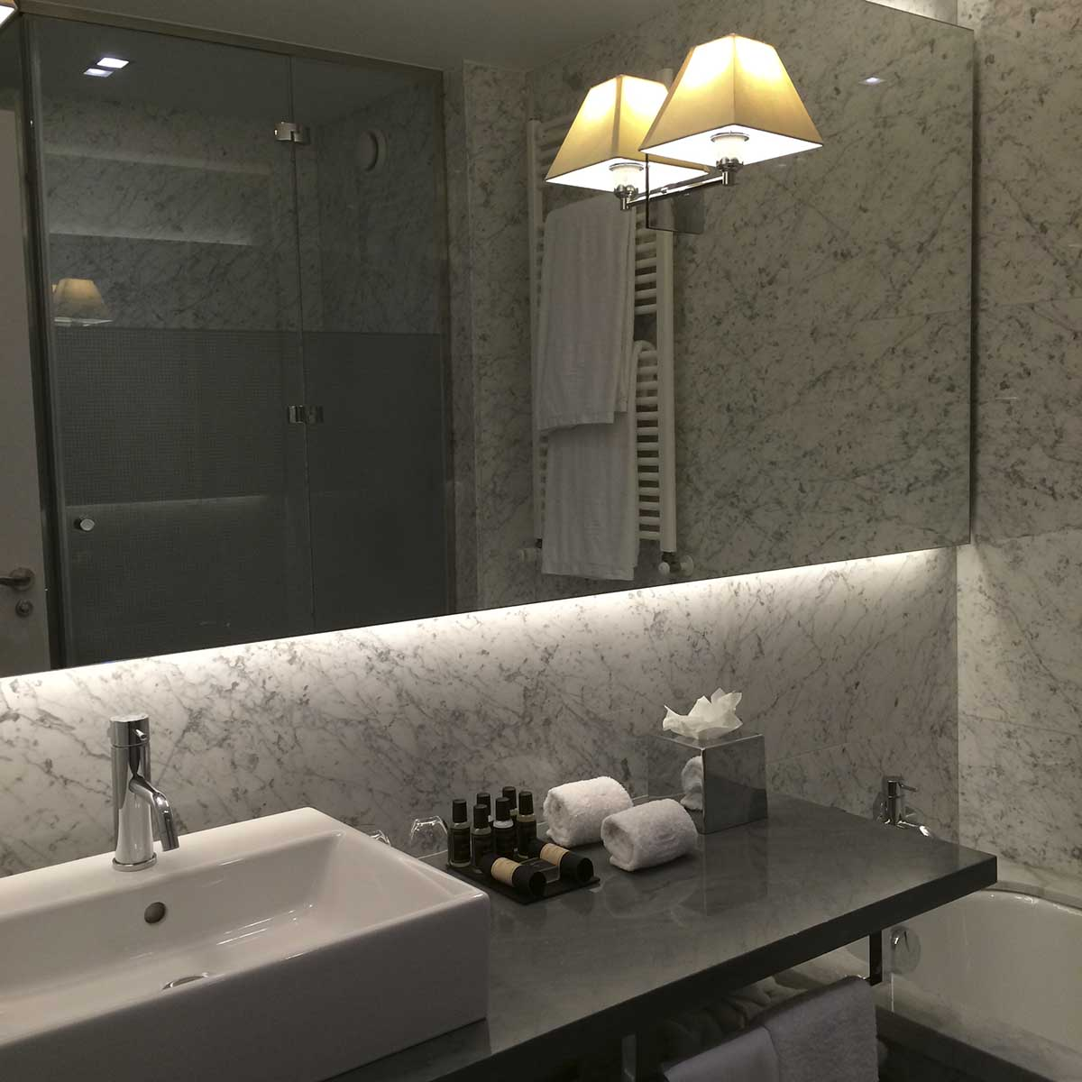 URSO Hotel, Madrid: marble bathroom