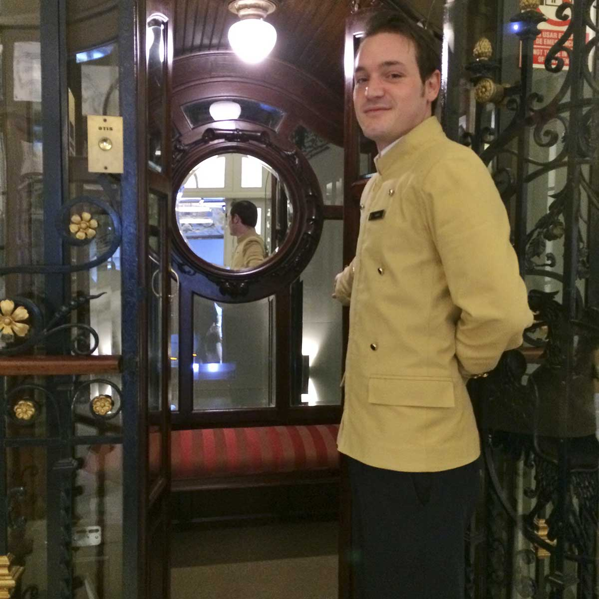 URSO Hotel, Madrid: lift doorman