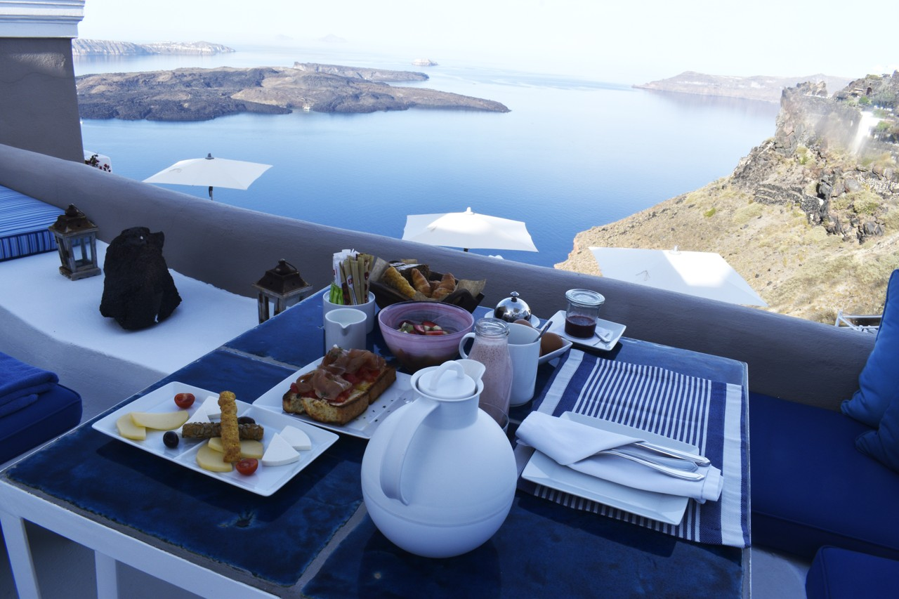 Iconic Santorini - breakfast with a view