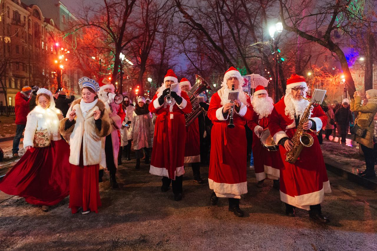 Journey to Christmas Moscow - santa orchestra