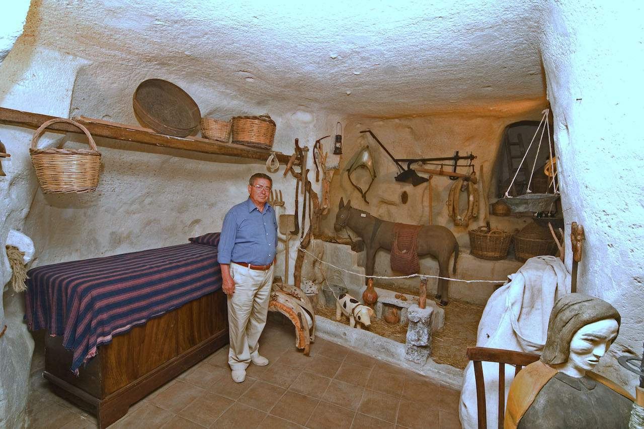 Matera - A reproduction scale of Sassi by Rizzi Eustachio - living next to animals
