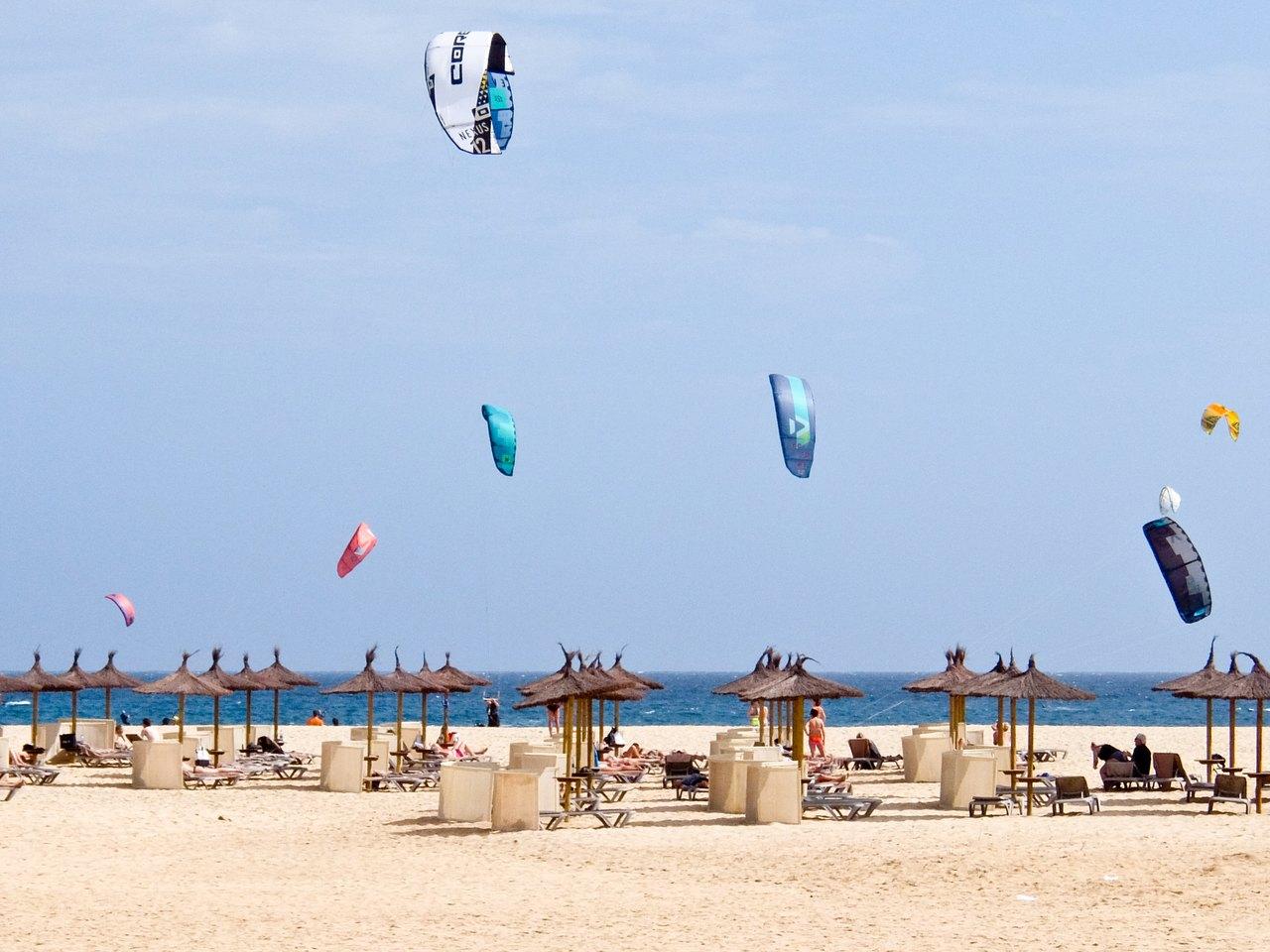 ROBINSON Beach and Kite Surfers