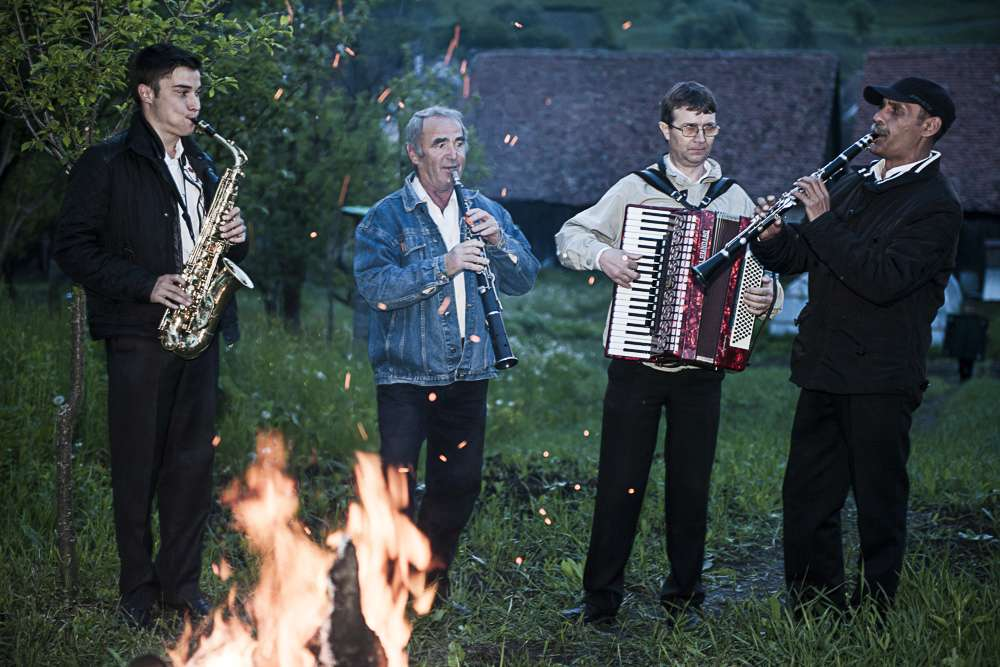 Romanian music troupe around the camp fire in Crit