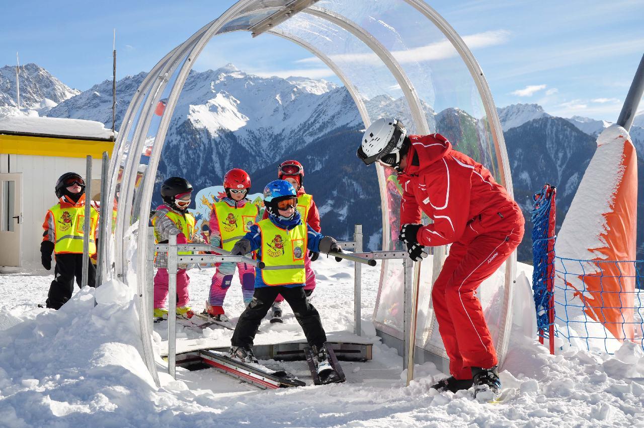 Kids train n the Snow V