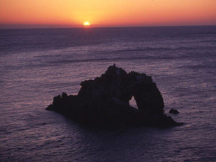Watching the sunrise at Hii no Sekimon