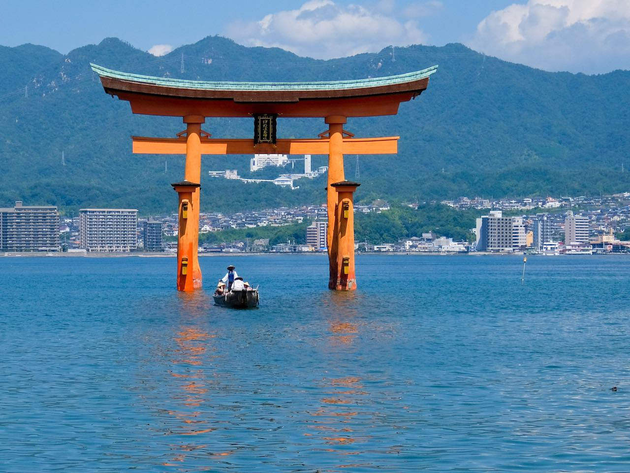 Itsukushima Shrine : Torii Gate with pilgrims
