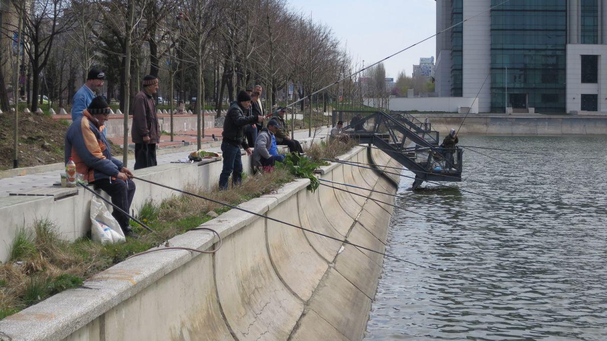 Bucharest fishermen on Dâmbovița River