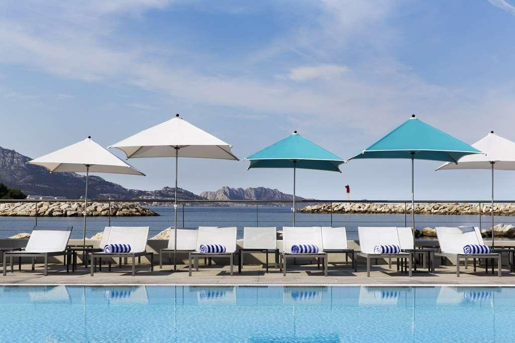 Pullman Marseille Palm Beach: pool overlooking the sea